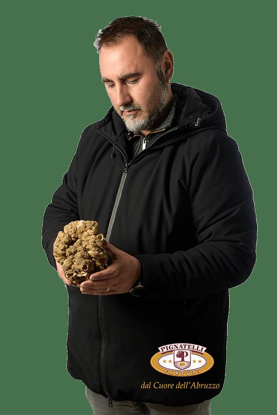 Ivo Pignatelli di Pignatelli Tartuficon un esemplare di tartufo bianco